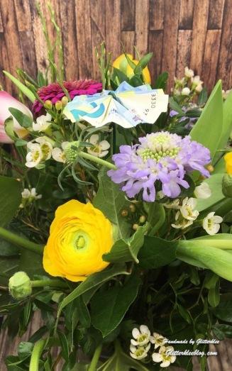 Geld in Blumenstrauß befestigen